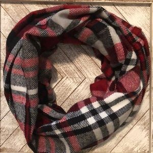 Accessories - ❄️2 For $20 / Plaid infinity scarf